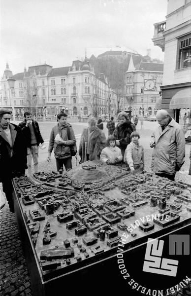 Obiskovalci ob bronasti maketi Ljubljane na Prešernovem trgu. Januar 1991. Foto: Marjan Ciglič