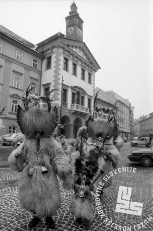 Kurenti na Mestnem Trgu na debeli četrtek 1991. Foto: Marjan Ciglič.