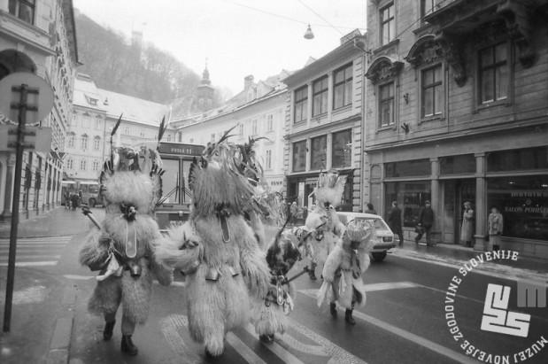 Kurenti na Ljubljanskih ulicah na debeli četrtek 1991. Foto: Marjan Ciglič