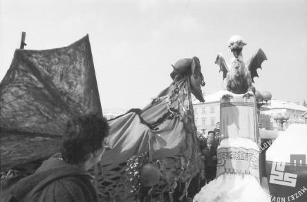 Rojstvo zmaja na Zmajskem mostu na pustno soboto 1991. Foto: Marjan Ciglič