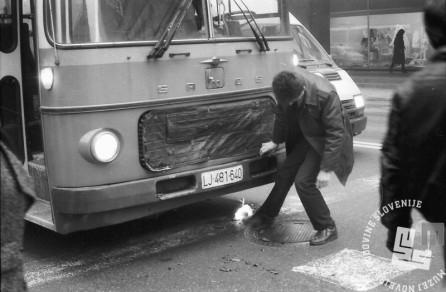 Avtobusni promet v hudem mrazu v Ljubljani, kurjenje pod avtomobili. 18.2.1991 Foto: Marjan Ciglič