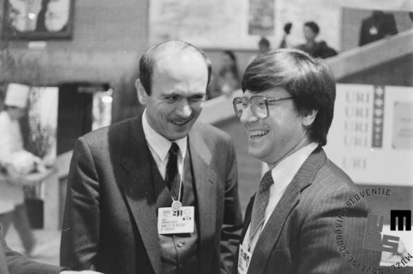 NB956_17a: Janez Drnovšek in Jeffrey Sachs med pogovorom. Davos januar / februar 1991. Foto: Nace Bizilj.