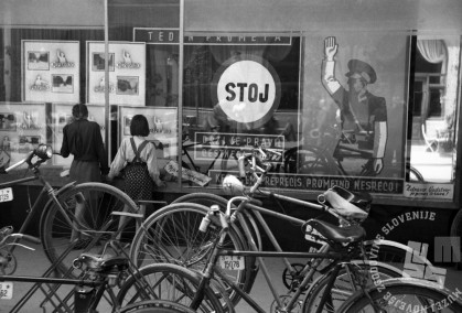 Izložbeno okno ob Tednu cestnega prometa. V njem policist z dvignjeno roko sporoča: »Drži se pravil cestnega prometa, ker s tem preprečiš prometno nesrečo.« Junij 1949. Foto: Vlastja Simončič.