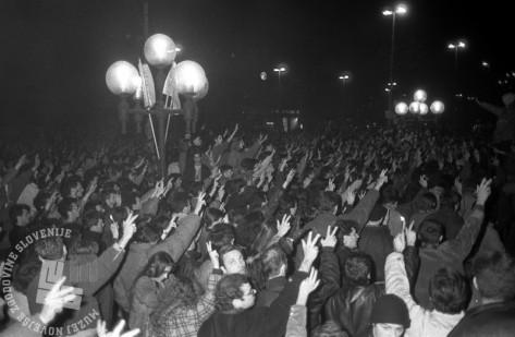 Študentske demonstracije v Beogradu skozi objektiv Mladininega fotografa. Foto: Tone Stojko, 13. in 14. marec 1991.