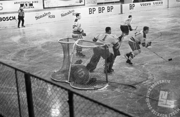 MC660301_56: Hokej. Jesenice, marec 1966. Foto: Marjan Ciglič, arhiv MNZS.