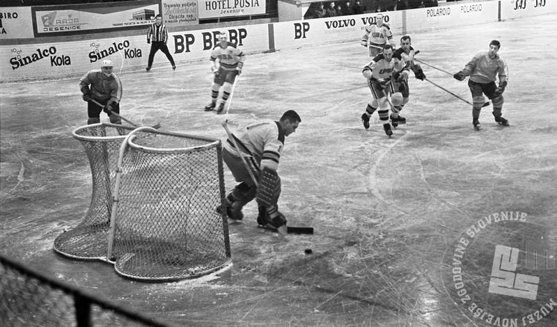 MC660301_58: Hokej. Jesenice, marec 1966. Foto: Marjan Ciglič, arhiv MNZS.