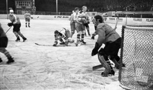 MC660301_61: Hokej. Jesenice, marec 1966. Foto: Marjan Ciglič, arhiv MNZS.