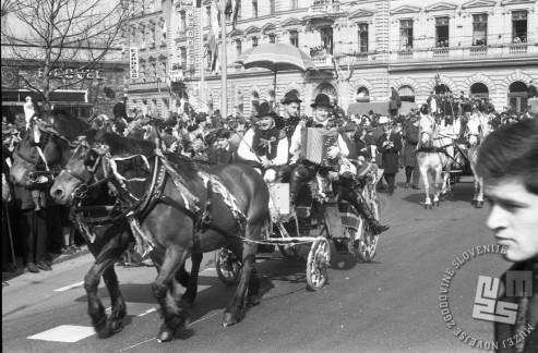 Narodno-zabavni ansambel Lojzeta Slaka se pelje na kočiju mimo gostilne Figovec, 8.3.1966. Foto: Marjan Ciglič