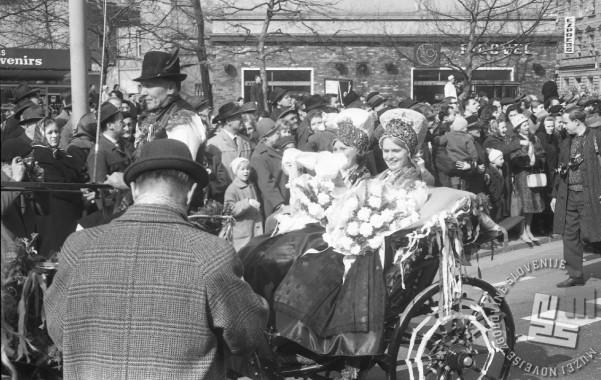 Nevesti Fani Kozinc in Berit Jacobs na kočiji v sprevodu, 8.3.1966. Foto: Marjan Ciglič