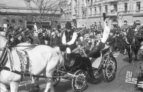 Ženina Janez Potočnik in Evert Jaccobson v sprevodu, 8.3.1966. Foto: Marjan Ciglič