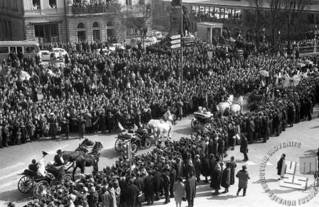 Sprevod svatov med nepregledno množico na Trmostovju, 8.3.1966. Foto: Marjan Ciglič