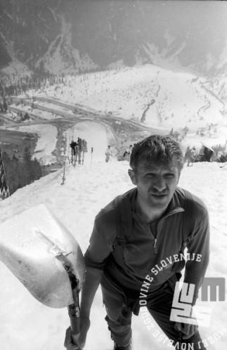 NB9103_139 Priprava letalnice na tekmovanje. Janez Mlinar. Marec 1991. Foto: Nace Bizilj