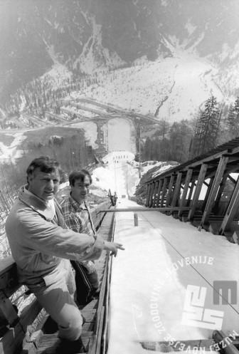 NB9103_153 Priprava letalnice na tekmovanje. Peter Stefančič in Janez Jurman. Marec 1991. Foto: Nace Bizilj
