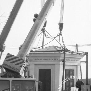 Prestavljanje paviljona na Cesti dveh cesarjev. 5. marec 1991. Foto: Nace Bizilj
