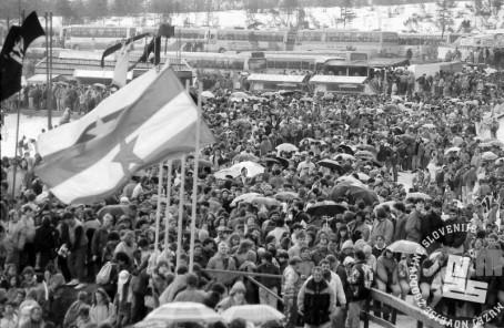 NB9103_49 Obiskovalci v Planici. Marec 1991. Foto: Nace Bizilj