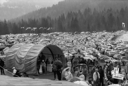 NB9103_78 Obiskovalci v Planici. Marec 1991. Foto: Nace Bizilj