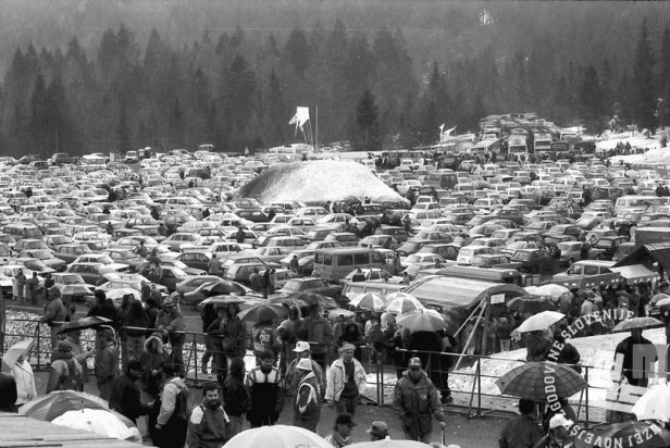 NB9103_79 Obiskovalci v Planici. Marec 1991. Foto: Nace Bizilj
