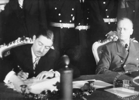 Predsednik Dragiša Cvetković in nemški zunanji minister Joachim von Ribbentrop podpisujeta 25. marca 1941 v Belvederu na Dunaju pristop Jugoslavije k trojnemu paktu.