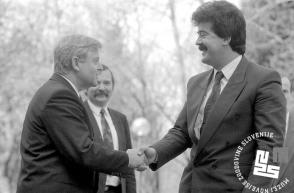3. Gostitelj, predsednik Predsedstva RS Milan Kučan sprejema predsednika črnogorskega predsednika Momira Bulatovića, 11. 4. 1991, Brdo pri Kranju, foto: Tone Stojko.