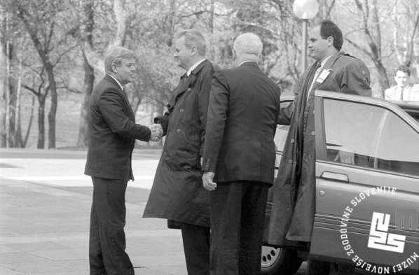 4. Gostitelj, predsednik Predsedstva RS Milan Kučan sprejema predsednika srbskega predsednika Slobodana Miloševića, 11. 4. 1991, Brdo pri Kranju, foto: Tone Stojko
