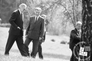 6. Sproščen sprehod po grajskem kompleksu. Od leve proti desni: Franjo Tuđman, Kiro Gligorov (makedonski predsednik) in Milan Kučan, 11. 4. 1991, Brdo pri Kranju, foto: Tone Stojko.
