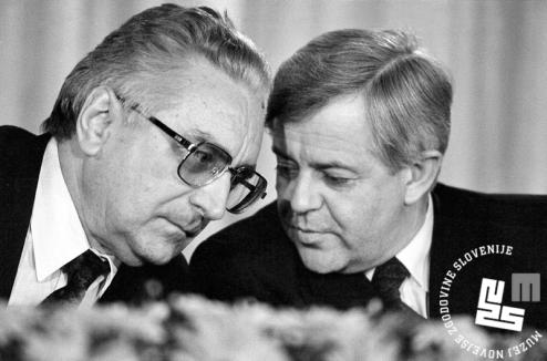 7. Pogovor hrvaškega in slovenskega predsednika med tiskovno konferenco. 11. 4. 1991, Brdo pri Kranju, foto: Tone Stojko.
