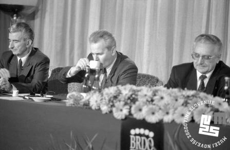 8. Kiro Gligorov (makedonski predsednik), Slobodan Milošević in Franjo Tuđman na tiskovni konferenci. Manjka Alija Izetbegović, ki se je moral predčasno vrniti domov, 11. 4. 1991, Brdo pri Kranju, foto: Tone Stojko.