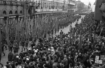 DE2611: Prvomajska parada leta 1960. Foto: Svetozar Busić, hrani: MNZS.