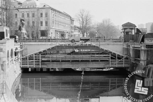 MC9104_2 Obnova Tromostovja aprila 1991 Ljubljana. Foto: Marjan Ciglič