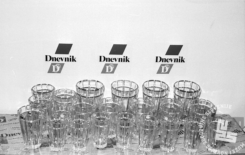 MC9104_26 Pokali za zmagovalce Dnevnikovega krosa. April 1991. Foto: Marjan Ciglič.