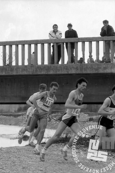 NB9104_22 Tekači na Dnevnikovem krosu. Zmagovalec Roman Kejžar s številko 413. April 1991. Foto: Nace Bizilj.