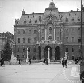 Policija je 26. marca 1941 zastražila Univerzo v Ljubljani, da bi preprečila demonstracije naprednih študentov proti pristopu k trojnemu paktu. Foto: Miran Pavlin.