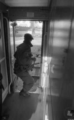 Pripadnik specialne enote milice na vlaku na Jesenicah, s katerim je potovala slovenska delegacija na srečanje z nemškim zunanjim ministrom Genscherjem, 2. julij 1991. Foto: Nace Bizilj, hrani Muzej novejše zgodovine Slovenije