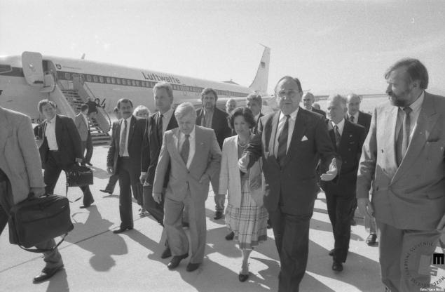 Hans Dietrich Genscher z Milanom Kučanom in Dimitrijem Ruplom na Koroškem, 2. julij 1991. Foto: Nace Bizilj, hrani Muzej novejše zgodovine Slovenije