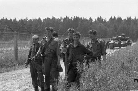 Vojaki JLA na Brniku, 5. julij 1991. Foto: Nace Bizilj, hrani Muzej novejše zgodovine Slovenije