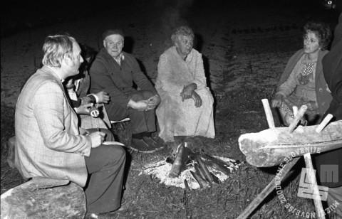 DE5667: Prebivalci Posočja na planem pričakujejo nov dan. 7. maj 1976. Foto: Svetozar Busić.