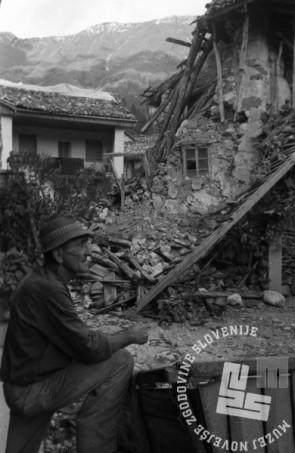 DE5700: Ruševine Breginja, maja 1976. Foto: Svetozar Busić