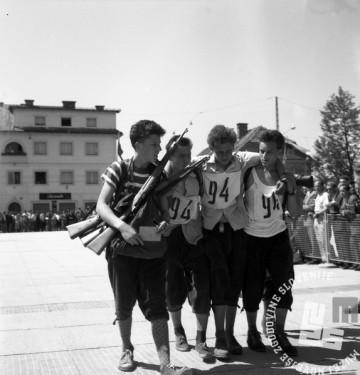 FS7135: Pohod ob žici okupirane Ljubljane. 11. maj 1958. Foto: Leon Jere.