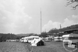MC7605: Pomoč v obliki šotorov in avtomobilskih prikolic v Posočju. Maj 1976. Foto: Marjan Ciglič.