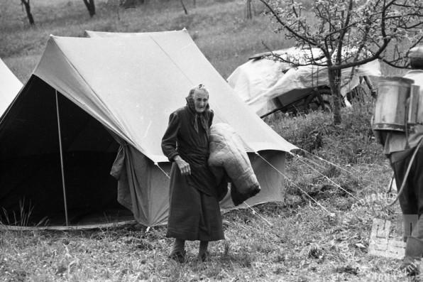 NB3269: Zasilna bivališča pod šotori. Maj 1976. Foto: Nace Bizilj.