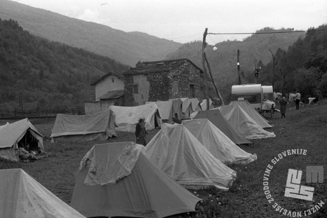 NB3270: Zasilna bivališča pod šotori. Maj 1976. Foto: Nace Bizilj.
