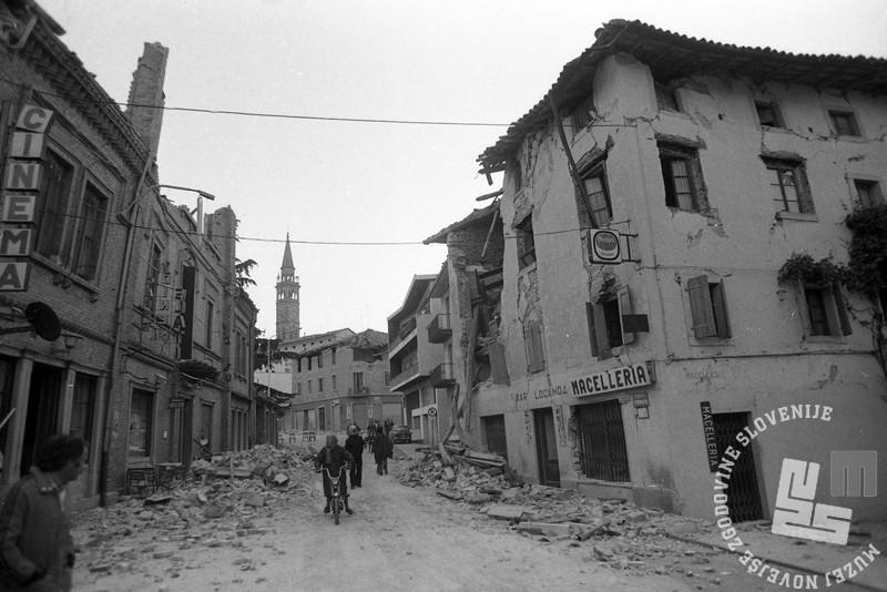 NB3270: Pogled na italijansko mesto Buja ob prvih jutranjih žarkih, 7. maj 1976. Foto: Nace Bizilj.