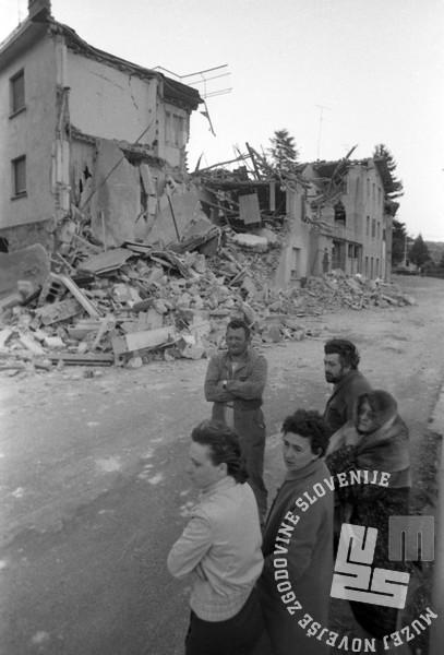 NB3270: Pogled na italijansko mesto Buja ter njene prebivalce v prvih jutranjih urah, 7. maj 1976. Foto: Nace Bizilj.