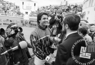 NB9105_42: Lojze Peterle čestita zmagovalcu Bobi Živojinoviću. 12.5.1991, Domžale. Foto: Nace Bizilj.
