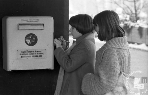 Sporočila smo si pošiljali po pošti. Pošta, telegraf, telefon je bila na Pošto Slovenije in Telekom Slovenije razdeljena leta 1995. (Foto: Miško Kranjec, hrani: Muzej novejše zgodovine Slovenije)