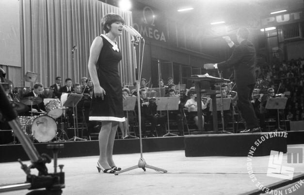 Marjana Deržaj med nastopom. Ljubljana, junij 1966. Foto: Marjan Ciglič.