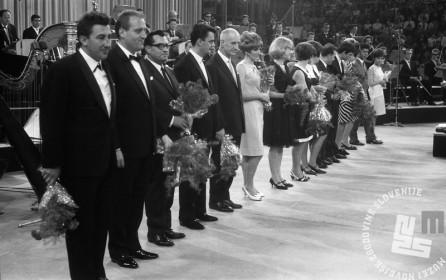 Vsi nastopajoči na Slovenski popevki 1966. Ljubljana, junij 1966. Foto: Marjan Ciglič.
