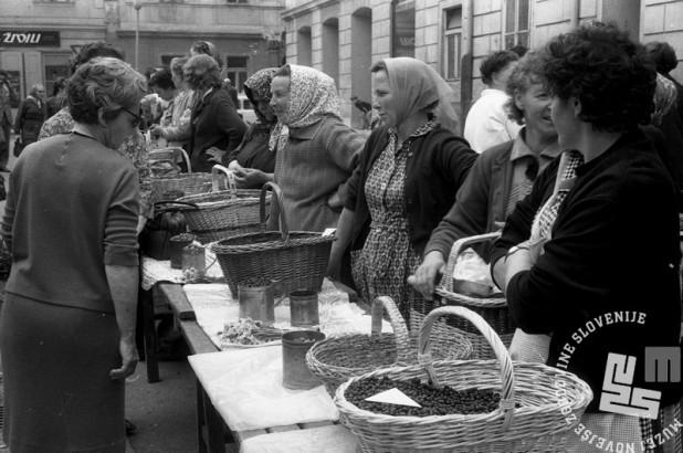 MC660606_17: Prodaja jagod in borovnic na ljubljanski tržnici. Ljubljana 1966. Foto: Marjan Ciglič.