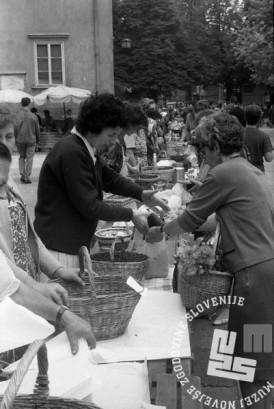 MC660606_19: Prodaja jagod in borovnic na ljubljanski tržnici. Ljubljana 1966. Foto: Marjan Ciglič.
