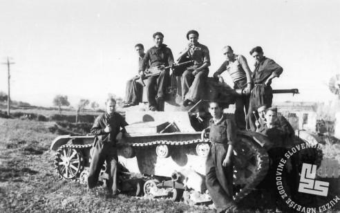 1789_29: Silvo Furlan in preostali tankisti na tanku T-26. Španija, 1938.